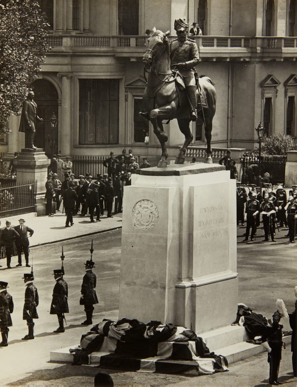 An image of The unveiling of the King Edward VII memorial by Bertram Mackennal in London
