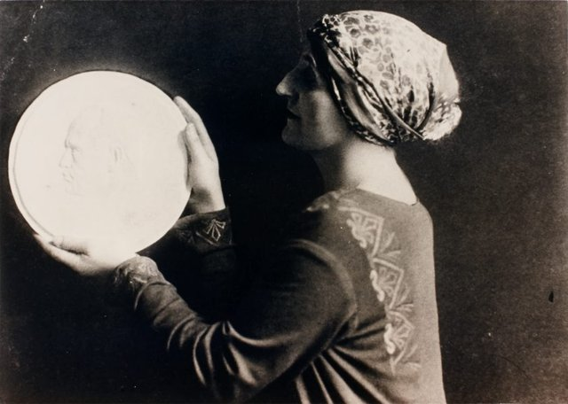 An image of Dora Ohlfsen with the plaster cast of her 1922 medallion of Mussolini