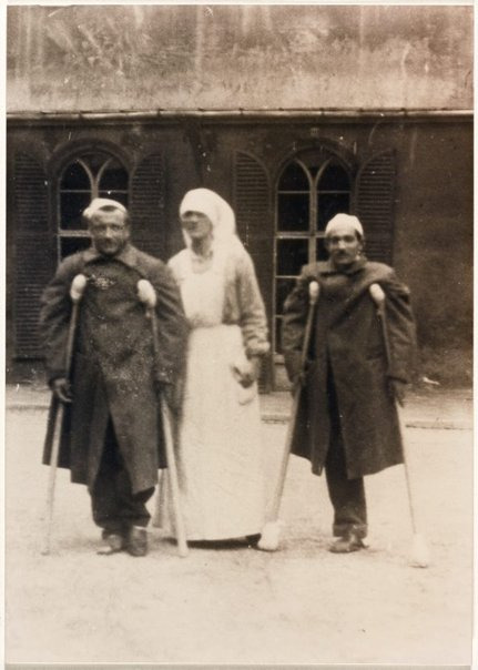 An image of Dora Ohlfsen as a nurse during the First World War with two wounded Italian soldiers by Unknown