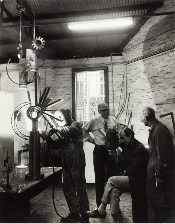An image of Robert Klippel and Les Wild supervising the fabrication of 'Opus 264b' 1971