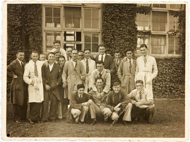 An image of Robert Klippel with his class at the East Sydney Technical College