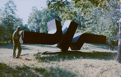 Artist Clement Meadmore with Flippant flurry in the USA before it was shipped to Australia.